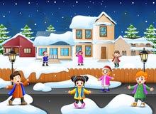 Glückliches Kind-plaiyng im schneienden Dorf lizenzfreie abbildung