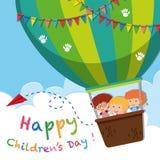 Glückliches Kind-` s Tagesplakat mit Kindern auf Ballon Lizenzfreie Stockfotos