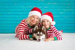 Glückliches Kind und Hund auf Weihnachtsabend stockfotografie