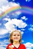 Glückliches Kind und Regenbogen stockfoto
