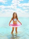 Glückliches Kind, welches das Spaßbaden hat Lizenzfreies Stockbild