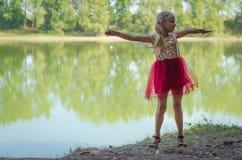 Glückliches Kind, welches die Natur genießt Stockbild