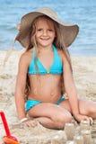 Glückliches Kindergebäudesandburg auf dem Strand Stockfoto