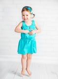 Glückliches Kinderkleines Mädchen, das für Freude springt Stockbilder