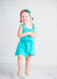 Glückliches Kinderkleines Mädchen, das für Freude springt Stockbild