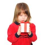 Glückliches Kindermädchen, das Geschenkbox anhält lizenzfreies stockfoto