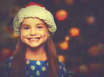 Glückliches Kindermädchen in einem Weihnachtshut stockbilder