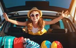 Glückliches Kindermädchen im Auto, das auf Sommerurlaubsreise geht stockbilder