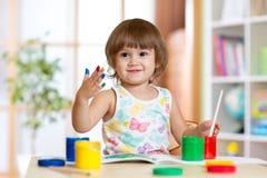 Glückliches Kindermädchen mit handgemalten Farbfarben Stockfotografie