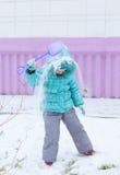Glückliches Kindermädchenkind draußen beim Winterspielen Stockbilder