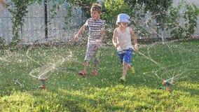 Glückliches Kindheitkonzept Bewässerungssysteme stock video footage