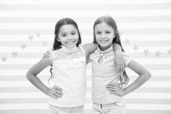 Glückliches Kindheitkonzept Scherzt die Schulmädchenjugendlichen, die zusammen glücklich sind Freundschaft von der Kindheit Läche lizenzfreie stockfotos