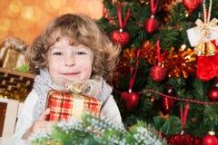 Glückliches Kindholdinggeschenk Lizenzfreies Stockfoto