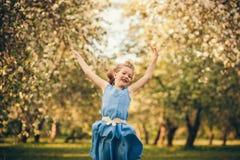 Glückliches Kindspringen Stockfoto