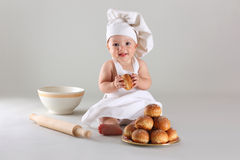 Glückliches kleines Baby in einer Kochkappe lacht stockfoto
