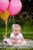 Glückliches kleines blondes kaukasisches Mädchen draußen mit Ballonen Stockfoto