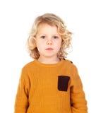 Glückliches kleines blondes Kind-whith gelbes Trikot Stockfoto