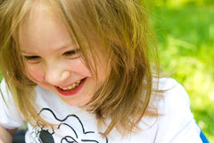 Glückliches kleines blondes Mädchen lizenzfreie stockbilder