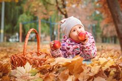 Glückliches kleines Kind, Baby, das im Herbst spielt lizenzfreies stockbild