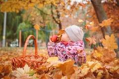 Glückliches kleines Kind, Baby, das im Herbst spielt stockfoto