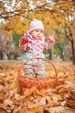 Glückliches kleines Kind, Baby, das im Herbst spielt stockbilder