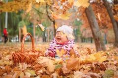 Glückliches kleines Kind, Baby, das im Herbst spielt lizenzfreie stockfotos