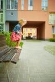 Glückliches kleines Kind, blondes Kleinkindmädchenspringen Stockbild