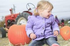 Glückliches kleines Kind, lachendes nettes Kleinkindmädchen herein lizenzfreies stockbild