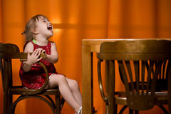 Glückliches kleines Mädchen lizenzfreies stockfoto
