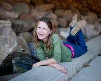 Glückliches kleines Mädchen auf Beschränkung Lizenzfreies Stockfoto