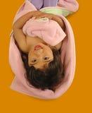 Glückliches kleines Mädchen auf dem Fußboden Stockfoto