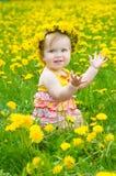 Glückliches kleines Mädchen auf der Wiese stockfotografie