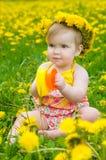 Glückliches kleines Mädchen auf der Wiese lizenzfreie stockbilder