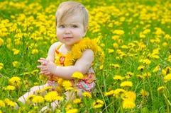 Glückliches kleines Mädchen auf der Wiese lizenzfreie stockfotografie