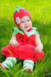 Glückliches kleines Mädchen auf der Wiese Lizenzfreies Stockfoto