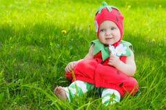 Glückliches kleines Mädchen auf der Wiese lizenzfreies stockbild