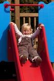 Glückliches kleines Mädchen auf Plättchen Stockbilder
