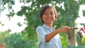 Glückliches kleines Mädchen, das amerikanische Flagge hält stock footage