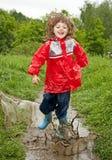 Glückliches kleines Mädchen, das in das Pool springt Lizenzfreie Stockfotografie