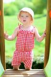 Glückliches kleines Mädchen, das draußen spielt Stockfoto
