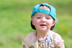Glückliches kleines Mädchen, das draußen spielt Stockbilder