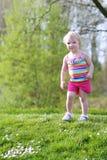 Glückliches kleines Mädchen, das draußen spielt Stockfotos