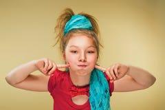 Glückliches kleines Mädchen, das ein Karnevalskostüm, gegen einen gelben Hintergrund trägt Lizenzfreie Stockfotografie