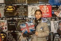 Glückliches kleines Mädchen, das Hemd mit London-Zeichen hält Lizenzfreie Stockbilder