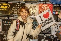Glückliches kleines Mädchen, das Hemd mit London-Zeichen hält Lizenzfreie Stockfotografie