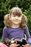 Glückliches kleines Mädchen, das netten Welpen hält stockfotos
