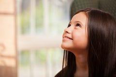 Glückliches kleines Mädchen, das oben schaut Lizenzfreie Stockbilder