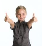 Glückliches kleines Mädchen, das OKAYzeichen zeigt Stockbilder