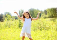 Glückliches kleines Mädchen, das Spaß hat Stockfoto