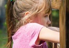 Glückliches kleines Mädchen, das Spaß hat stockbilder